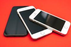 IPhone ` s van boomapple op rode achtergrond Royalty-vrije Stock Foto