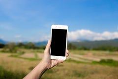 IPhone-Schwarz-Schirm auf Wiese und Berg stockfotos