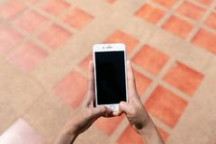 IPhone-Schwarz-Schirm auf Ziegelstein stockbilder