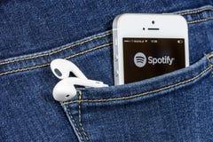 IPhone SE med Spotify App Arkivfoto