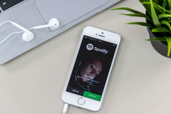 IPhone SE z Spotify App Zdjęcia Stock