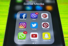 iphone 7 sinais de adição com ícones de meios sociais na tela Estilo de vida de Smartphone Começando os meios sociais app Fotografia de Stock Royalty Free