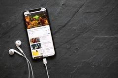 IPhone X speel populair lied Despacito op de videospeler van YouTube royalty-vrije stock foto's
