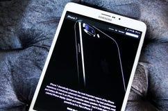 Iphone 7 sul Home Page del funzionario della mela Fotografia Stock