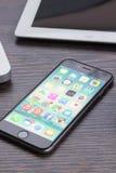 Iphone 6 sulla tavola di funzionamento Fotografia Stock