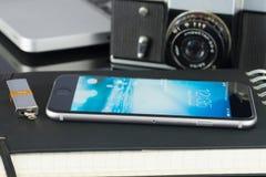 Iphone 6 sulla tavola di funzionamento Immagini Stock