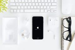 IPhone 7 und alles Gerät, das auf Tabelle, neues iPhone 7 eingestellt wird, wird durch Apfel Inc. hergestellt Stockfotografie