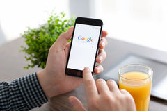 IPhone 6 van de mensenholding met Google op het scherm Royalty-vrije Stock Afbeelding