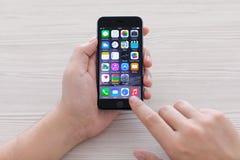 IPhone van de mensenholding 6 Ruimte Grijs over de lijst Stock Foto