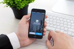 IPhone van de zakenmanholding 6 Ruimte Grijs met de dienst LinkedIn Stock Fotografie