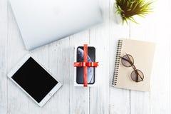 Iphone XR в подарочной коробке на таблице, iphone XR изготовлено яблоком inc стоковые изображения