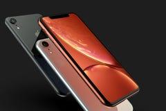 3 iPhone XR Koralle, Silber und intelligente Telefone des Raum-Graus auf Schwarzem