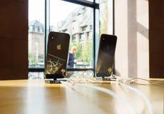 IPhone XS et XS d'Apple maximum à Apple Store pendant le lancement de produits photo libre de droits