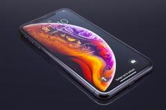 IPhone Xs massimo su vetro nero immagini stock