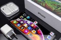 IPhone Xs massimo su vetro nero fotografia stock libera da diritti