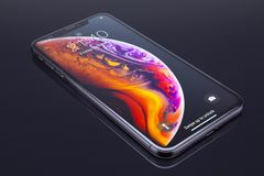 IPhone Xs Max na czarnym szkle obrazy stock