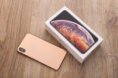 IPhone XS 6 maximum d'Apple affichage 5-inch et boîte sur une surface en bois photographie stock