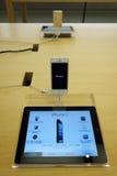 Iphone5 in appeldetailhandel Royalty-vrije Stock Foto's