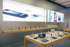 Iphone5 en Apple Store Imágenes de archivo libres de regalías