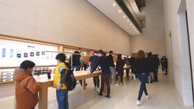 IPhones de prueba de la gente, MacBook Pro, iMac en Apple Store metrajes