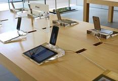 IPhones in een appelopslag die wordt getoond Royalty-vrije Stock Foto's
