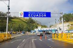 IPIALES, COLOMBIA - JULI 4, 2016: één of andere auto's het drijven trog de migratiecontrolepost in de grenslijn tussen Colombia Stock Foto