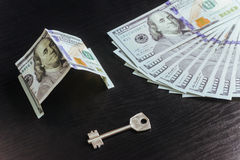 Ipoteca, investimento, bene immobile e concetto della proprietà Chiavi della casa dei soldi del dollaro Fotografie Stock Libere da Diritti