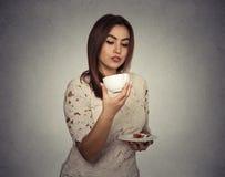 Ipotesi di pensiero della donna per i motivi del caffè fotografia stock