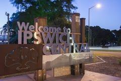 Ipswich, Austrália - terça-feira 16 de janeiro de 2018: Ideia do sinal bem-vindo e do tráfego da cidade de Ipswich na noite terça fotos de stock