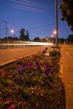 Ipswich, Austrália - terça-feira 16 de janeiro de 2018: Ideia do tráfego da rua da cidade de Ipswich na noite terça-feira 16 de j fotografia de stock