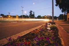 Ipswich, Australia - martes 16 de enero de 2018: Vista del tráfico de la calle de la ciudad de Ipswich en la noche el martes 16 d imagenes de archivo