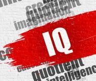 IQ auf dem weißen Brickwall Stockfotos