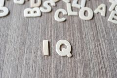 IQ słowo drewniani abecadło listy Biznes i pomysł obrazy stock