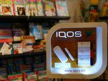 IQOS - eine innovative Alternative zum traditionellen Rauchen lizenzfreie stockfotografie