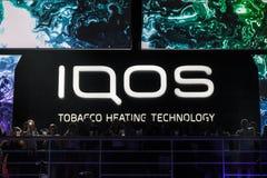 Iqos logo framme av en stångterrass i Serbien Iqos som beloning till Philip Morris International, är systemet för tobakuppvärmnin arkivbilder