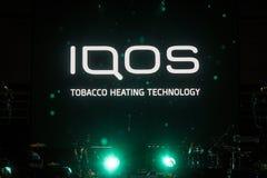 Iqos logo framme av stångterrassen i Serbien Iqos som beloning till Philip Morris International, är ett system för tobakuppvärmni arkivbild