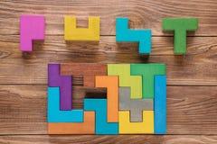 IQprovet väljer korrekt svar Logiska uppgifter komponerade av färgrika träformer, bästa sikt Bildande logisk uppgift för barn` s, Royaltyfri Bild