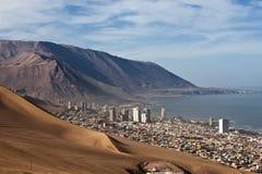 Iquique bak en enorm dyn, nordliga Chile Arkivbild