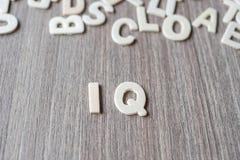 IQwoord van houten alfabetbrieven Zaken en Idee stock afbeeldingen