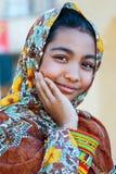 Irán, Persia, Yazd - septiembre de 2016: Muchacha adolescente local que presenta al aire libre Imagen de archivo