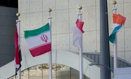 Irán y otras banderas internacionales en el frente de la sede de Naciones Unidas en Nueva York imagen de archivo libre de regalías