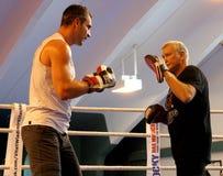 Pugilista pesado Vitali Klitschko do campeão do mundo atual que obtem pronto para a luta do campeonato Fotos de Stock