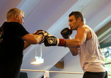 Pugilista pesado Vitali Klitschko do campeão do mundo atual que obtem pronto para a luta do campeonato Foto de Stock