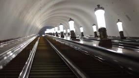 Ir abaixo da escada rolante no metro após as lâmpadas Luzes não ofuscantes video estoque