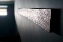 Ir acima as escadas: Corrimão de madeira fixado na parede escuro para escadas, janela brilhante no bloco de apartamentos Trabalha foto de stock royalty free