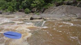 Ir com o fluxo em um rio enlameado vídeos de arquivo