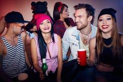Ir de discotecas emocionado de los amigos en el partido del Swag Fotos de archivo libres de regalías