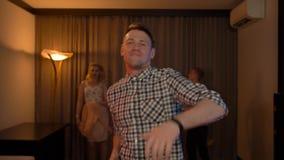 Ir de discotecas fresco del individuo en el partido almacen de video
