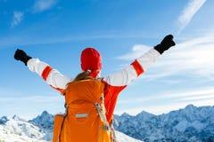 Ir de excursión éxito, mujer en montañas del invierno Foto de archivo libre de regalías