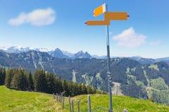 Ir de excursión concepto de la montaña del poste indicador Foto de archivo libre de regalías
